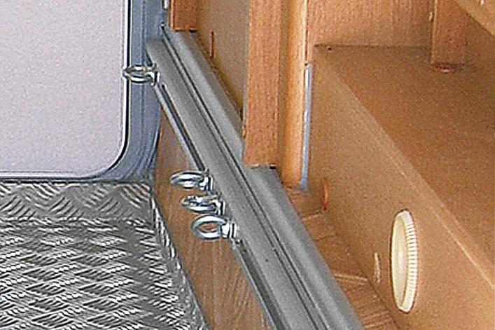 Wenn sich Gegenstände nicht verstauen lassen, kannst du sie mit Ösen und Spanngurten befestigen, wie hier die Fiamma Multifunktionsleisten Garage-Bars.