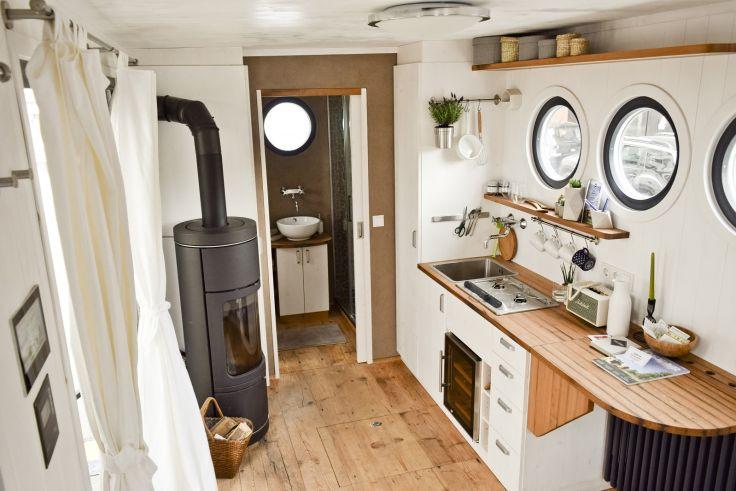 Voll ausgestattete Küchenzeile und Kachelofen