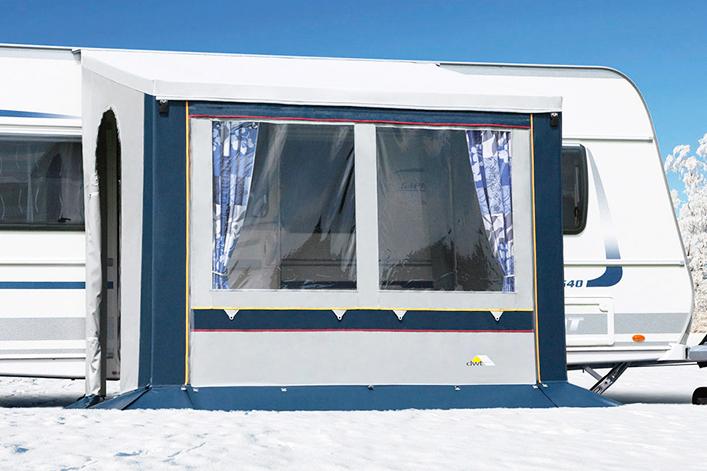 Ein Wintervorzelt mit einer kleinen Grundfläche heizt sich schneller auf und dank eines geneigten Daches kann der Schnee einfach herunterrutschen.