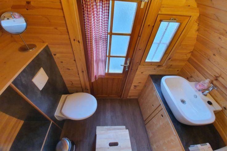 privates Badezimmer in einem Schlaffass