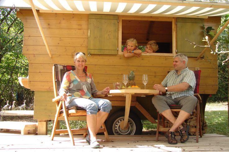 Schäferwagen mit gemütlichem Außenbereich