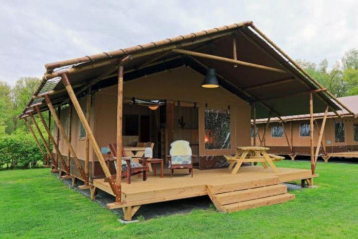 Das Safarizelt auf dem Camping Sonnenberg ist unglaubliche 25 Quadratmeter groß - größer als manches heimische Wohnzimmer. Die Terrasse misst noch einmal 13,5 Quadratmeter.