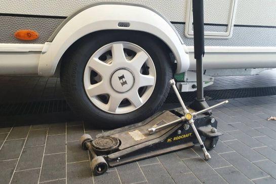 Reifenwechsel am Wohnwagen