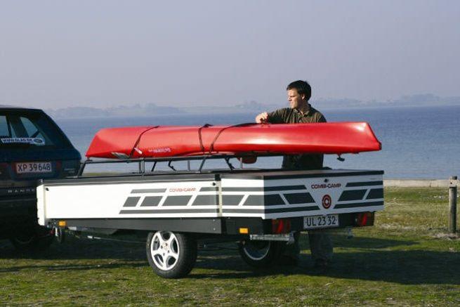 Transport von Kayak auf dem Anhängerdach