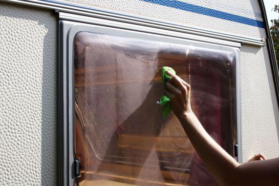 Fenster von Wohnwagen und Wohnmobil reinigen und polieren