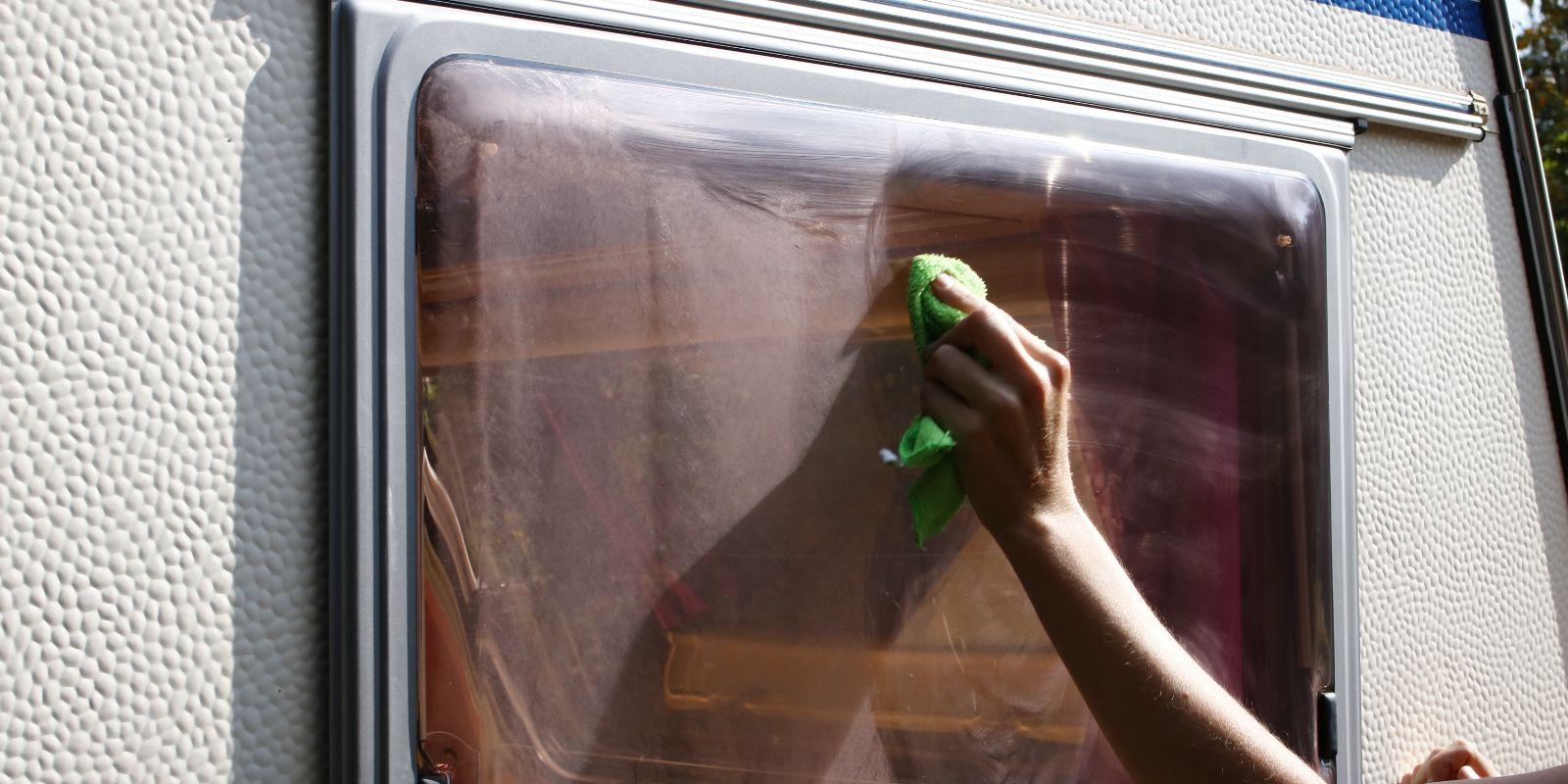 <span>Fenster von Wohnwagen und Wohnmobil reinigen und polieren</span>