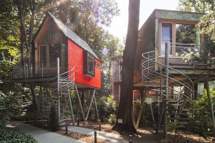 Moderne Baumhäuser auf Stelzen